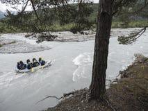 Transporter dans par radeau l'ubaye de rivière près du barcelonnette dans les provencales français d'alpes photo libre de droits