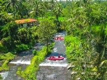 Transporter dans par radeau la gorge sur le fleuve de montagne de Balis photographie stock libre de droits