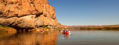 Transporter de rivière de jour ensoleillé Photos libres de droits
