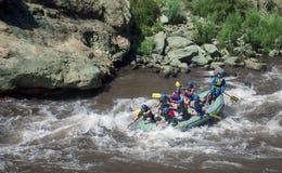 Transporter de whitewater de la rivière Arkansas par radeau à la gorge royale image libre de droits