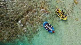 Transporter de Whitewater sur par radeau les eaux vertes de la rivière de Soca, Slovénie images libres de droits