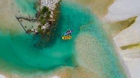 Transporter de Whitewater sur par radeau les eaux vertes de la rivière de Soca, Slovénie photos stock