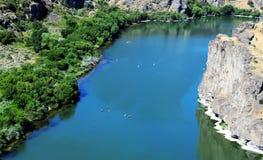 Transporter des bateaux par radeau sur la rivière Snake en Idaho Image stock