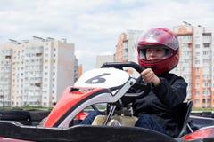 Transporter en charrette sur une voie de sports image stock