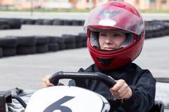 Transporter en charrette sur une voie de sports photo libre de droits
