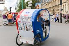 Transporter för Tuk tuktaxi i Paris royaltyfria bilder