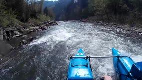 Transporter fou par radeau le temps de rivière au printemps banque de vidéos