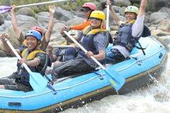 Transporter heureux par radeau à la rivière Indonésie de progo Image libre de droits