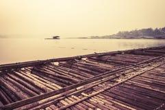 Transporter le bateau par radeau dans la brume Photographie stock