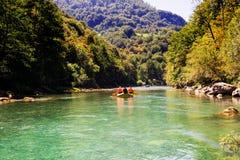 Transporter le bateau par radeau sur la rivière rapide Tara de montagne Images stock