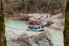 Transporter par radeau à la rivière de voidomatis dans Épire Grèce photos libres de droits