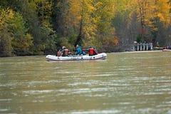Transporter sur par radeau la rivière de Chilkat en Alaska Images stock
