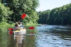 Transporter sur par radeau la rivière de Vorskla Images stock