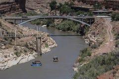 Transporter sur par radeau le fleuve Photo libre de droits