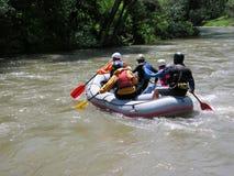 Transporter sur par radeau le fleuve Images libres de droits