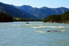 Transporter sur par radeau le fleuve de montagne Photo stock