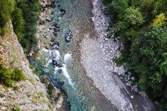 Transporter sur par radeau une rivière de montagne Photo stock
