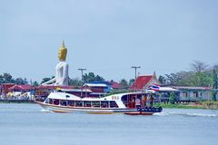 Transportera fartyget med bhuddastatybakgrund på Koh Kred Thailand Fotografering för Bildbyråer