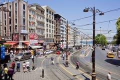 Transportera trafik och folkmassan av folk på den upptagna stadsgatan av Istanbul Royaltyfri Bild