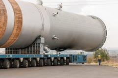 Transportering av mega installation till raffinaderit Arkivfoto