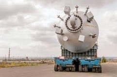 Transportering av mega installation till raffinaderit Arkivbilder