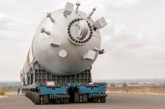 Transportering av mega installation till raffinaderit Royaltyfri Foto
