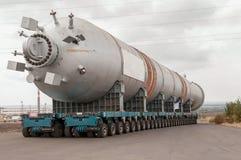 Transportering av mega installation till raffinaderit Royaltyfri Bild