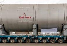 Transportering av mega installation till raffinaderit Royaltyfria Bilder