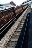 Transportes do trem estacionários na plataforma da estação. Foto de Stock Royalty Free