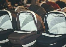 Transportes dos carrinhos de criança dos Prams para bebês imagem de stock