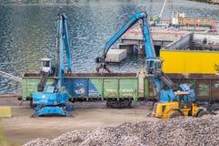 Transportes industriais da estrada de ferro da carga dos escavadores Fotografia de Stock