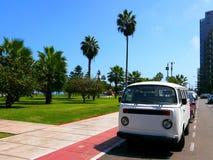 Transporteur blanc de Volkswagen garé à Lima Photo libre de droits
