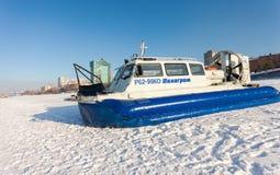 Transporteur d'aéroglisseur dans le remblai de Volga en Samara, Russie Photo stock