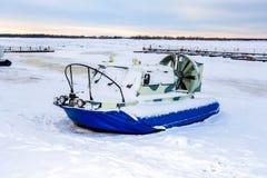 Transporteur d'aéroglisseur sur la glace de la rivière Images stock