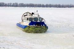 Transporteur d'aéroglisseur sur la glace de la rivière dans le jour d'hiver Images stock