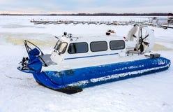 Transporteur d'aéroglisseur sur la glace de la rivière en hiver Photos libres de droits