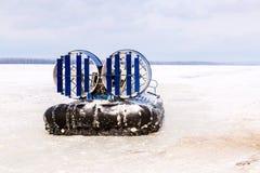 Transporteur d'aéroglisseur sur la glace de la rivière en hiver Photo stock