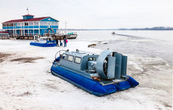 Transporteur d'aéroglisseur sur le remblai de Volga en Samara, Russie Images stock