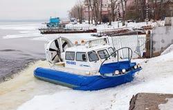 Transporteur d'aéroglisseur sur le remblai de Volga en Samara, Russie Image libre de droits