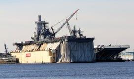 Transporteur d'avions militaires sous la réparation en Norfolk, la Virginie Photographie stock libre de droits