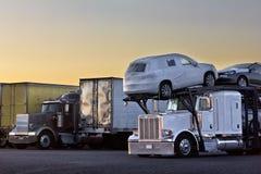 Transporteur de camion de lever de soleil Images stock