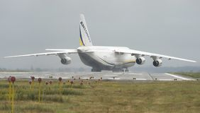 Transporteur de cargaison d'avions d'An-124-100M-150 Ruslan Ukrainian dans G Images stock