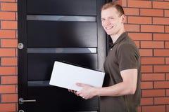 Transporteur de courrier avec un paquet photo stock