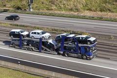 Transporteur de voiture sur la route photographie stock libre de droits