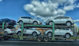 Transporteur de voiture sur la route Photo stock