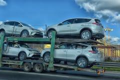 Transporteur de voiture sur la route Image stock