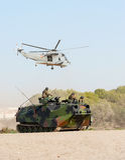 Transporteur et hélicoptère de personnel amphibies Images libres de droits