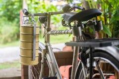 Transporteur thaïlandais de nourriture et vieille bicyclette Image libre de droits