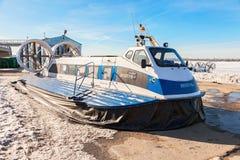 Transporteurs d'aéroglisseur sur le remblai de Volga en Samara, Russi Photographie stock
