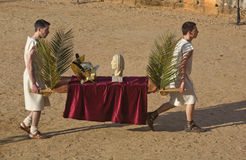 Transporteurs de trophée sur le sable Photos stock